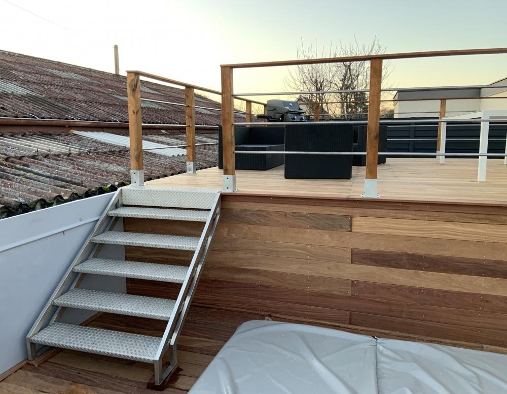 Terrasse deux niveaux suspendue avec SPA - Veranda Bois Concept Besançon